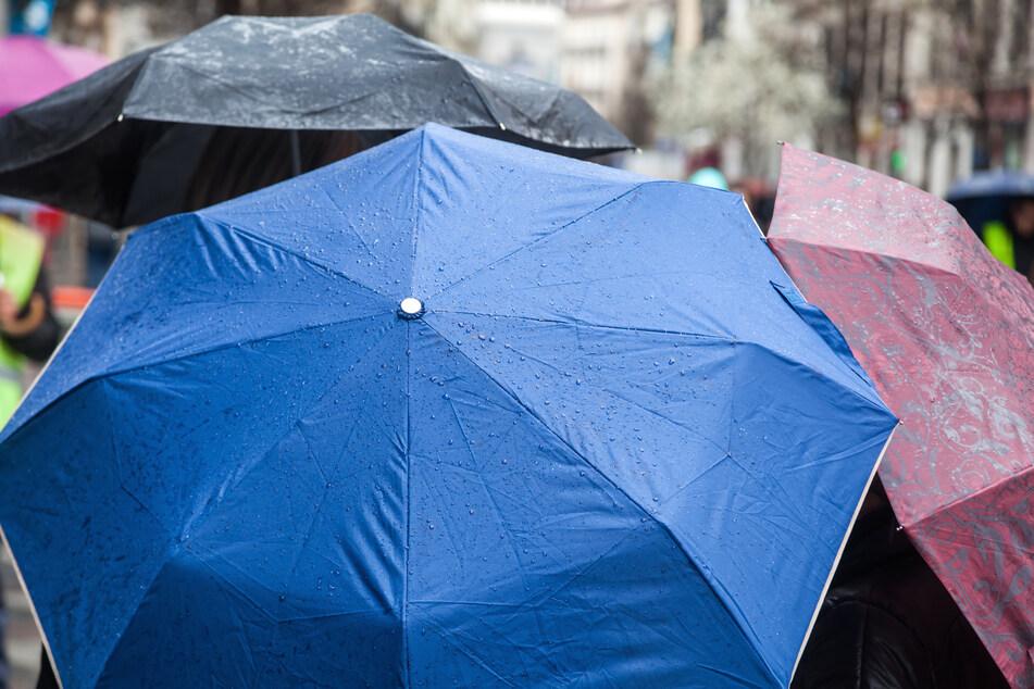 Die Regenschirme dienen in den nächsten Tagen als nützliches Accessoire.