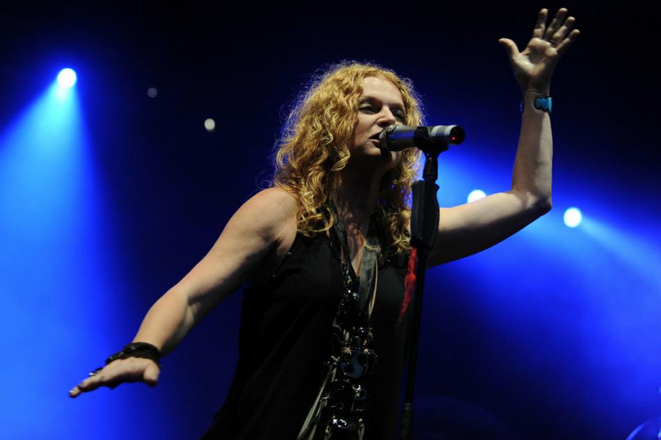 """Sängerin Inga Humpe (64) steht 2010 mit ihrer Band """"2Raumwohnung"""" beim Abschlusskonzert der Computerspielemesse Gamescom auf der Bühne."""