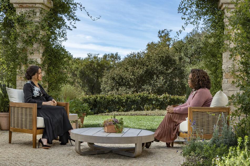 Meghan, Herzogin von Sussex (l) im Gespräch mit Moderatorin Oprah Winfrey (67). Das Interview wird am 7. März veröffentlicht.
