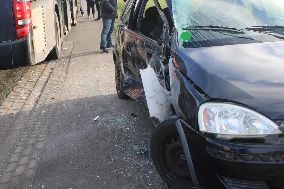 Bus rammt Beifahrerseite von Auto: 15-Jähriger verletzt