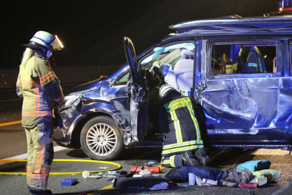 Transporter überschlägt sich auf A6: Fahrer verletzt
