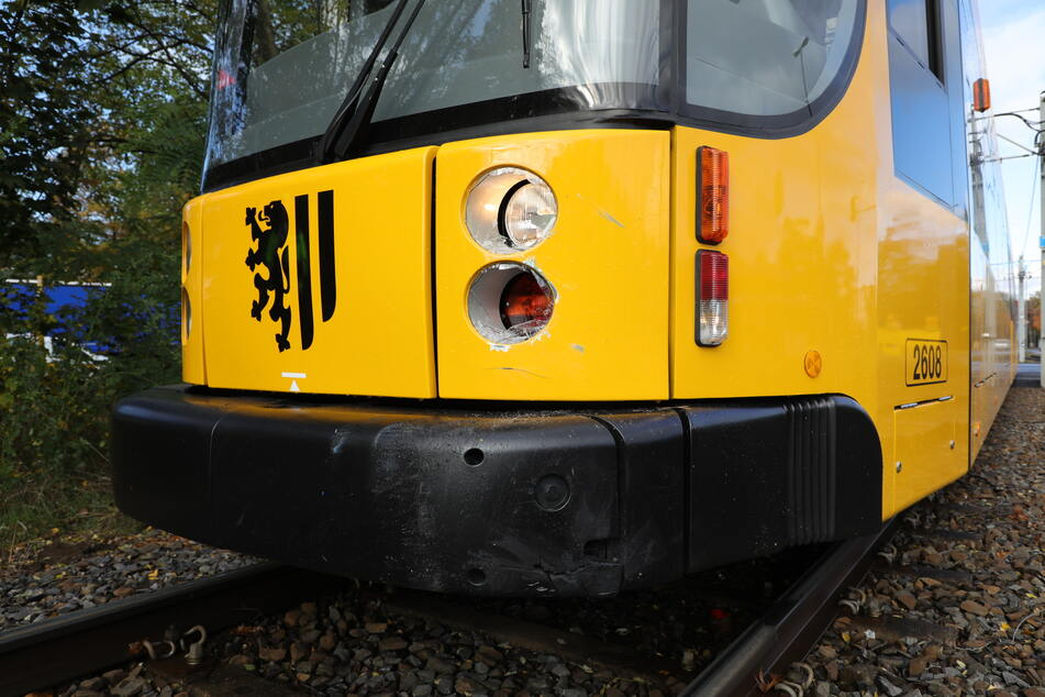 Auch die Straßenbahn erlitt durch den Zusammenstoß Schäden.