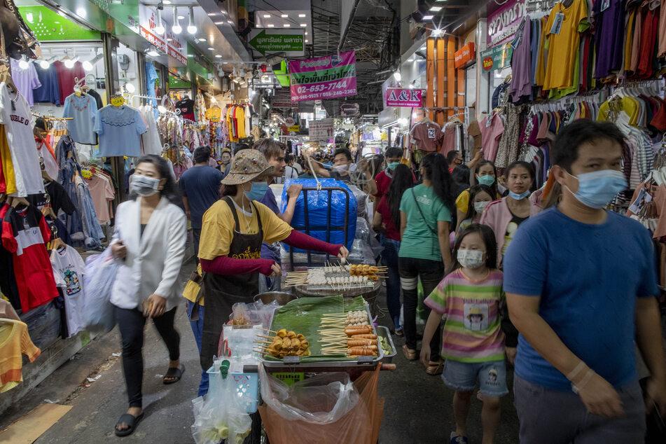100 Tage lang gab es in Thailand keinen offiziell erfassten lokalen Corona-Fall. Nun wurde ein Häftling positiv getestet. Die Behörden in Bangkok bestätigten am Donnerstag, dass es sich um die erste bemerkte lokal übertragene Corona-Neuinfektion seit Ende Mai handelt.