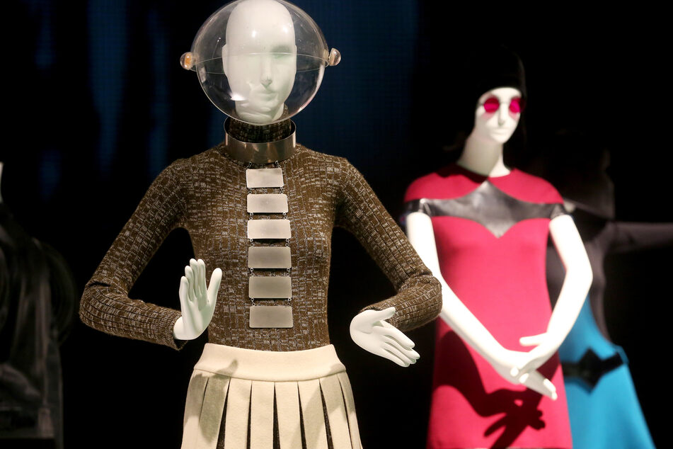 """Kleider von Pierre Cardin sind auf der Ausstellung """"Pierre Cardin. Fashion Futurist"""" in Düsseldorf zu bewundern. Im Kunstpalast wurden von September 2019 bis Februar 2020 mehr als 80 Kleidungssstücke und Accessoiress sowie Fotos und Filmmaterial gezeigt. Der Schwerpunkt sind die 1960er- und 1970er-Jahre mit ihren avantgardistischen Entwürfen für Damen und Herren."""