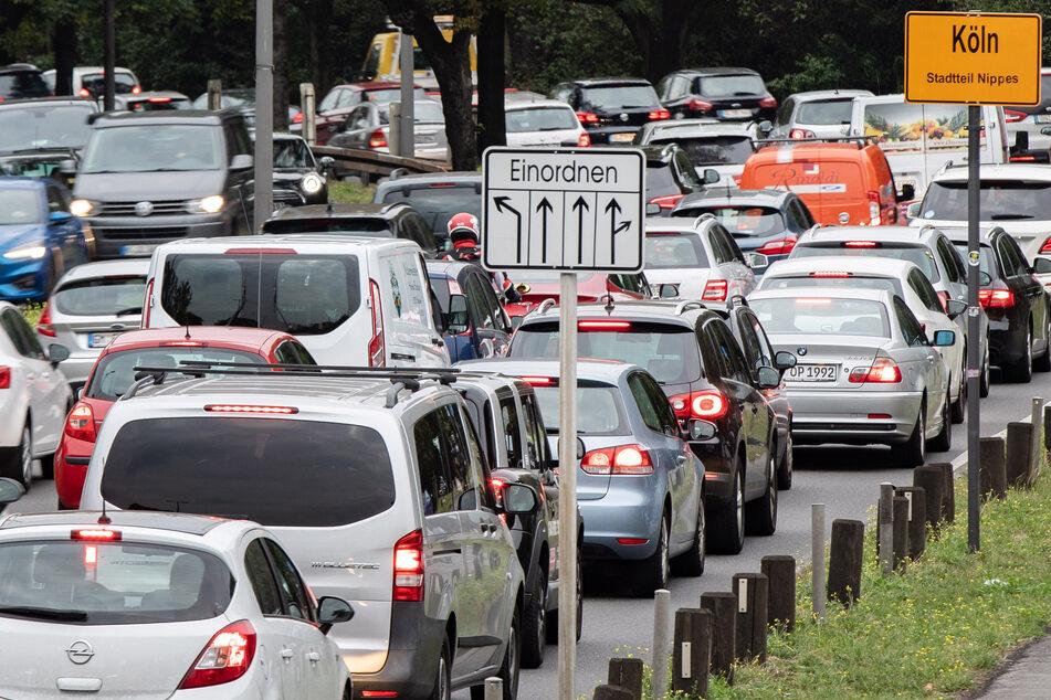 Durch die täglichen Staus auf den Straßen Düsseldorfs haben Pendler vergangenes Jahr Tage auf dem Weg zur Arbeit verloren.