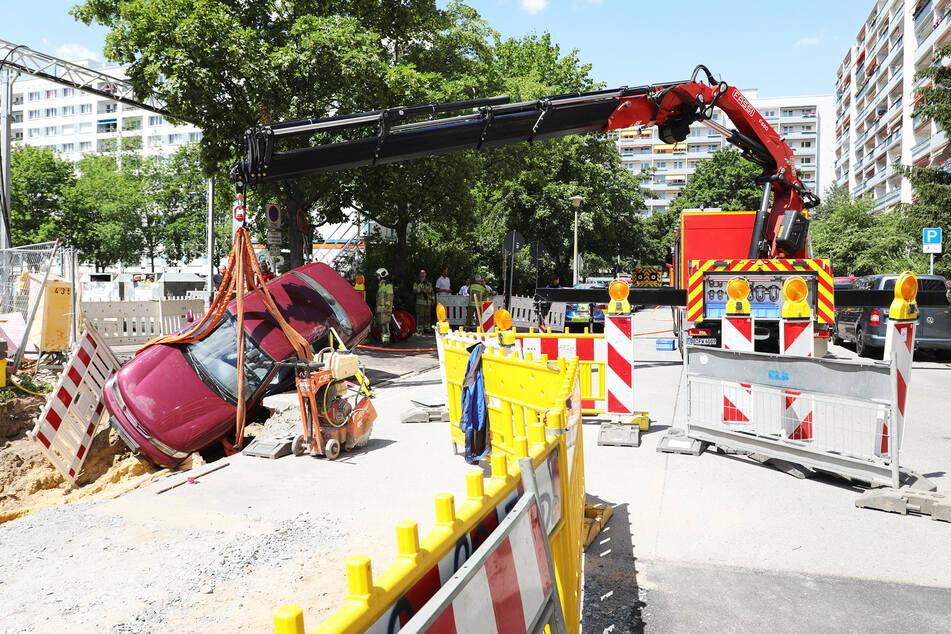 Ein Spezial-Kran barg den Unfall-Kia aus der Baugrube.