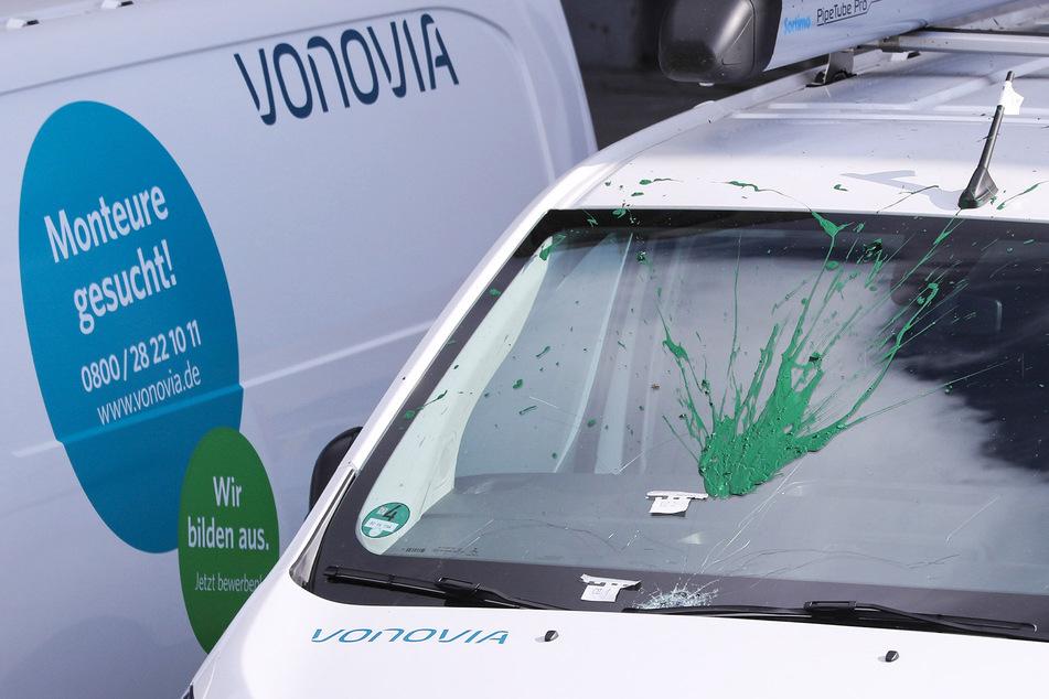 Grüne Farbe auf der gesplitterten Frontscheibe: Unbekannte attackierten unter anderem diesen Transporter von Vonovia.
