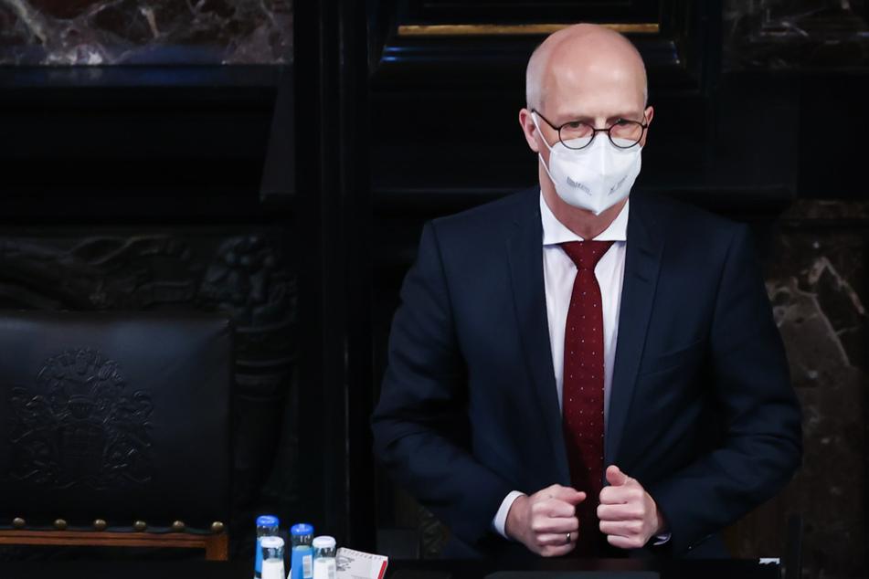 Peter Tschentscher (55, SPD), Erster Bürgermeister in Hamburg, trägt einen Mund-Nasenschutz bei einer Sitzung der Hamburgischen Bürgerschaft im Großen Festsaal im Rathaus.