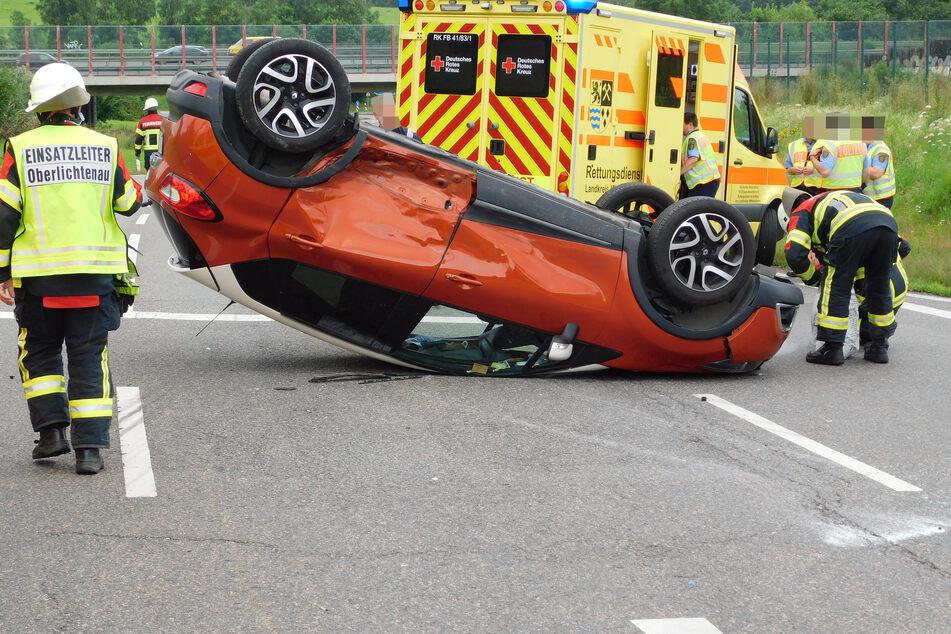 Renault überschlägt sich und bleibt auf Dach liegen: Zwei Verletzte