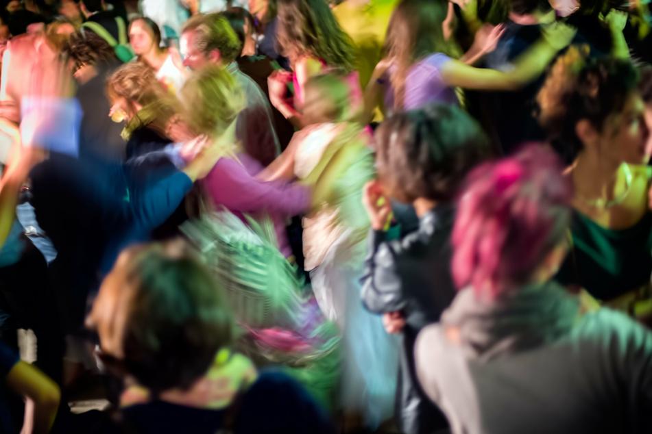 Die holländische Polizei hat an der Grenze zu NRW eine illegale Raveparty mit Hunderten Teilnehmern aufgelöst. (Symbolbild)