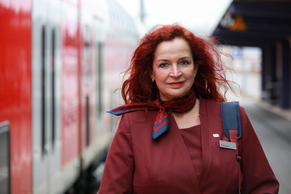Die Zugbegleiterin Manuela Burkhardt aus Niedersachsen steht am Bahnhof Norddeich Mole (Kreis Aurich).