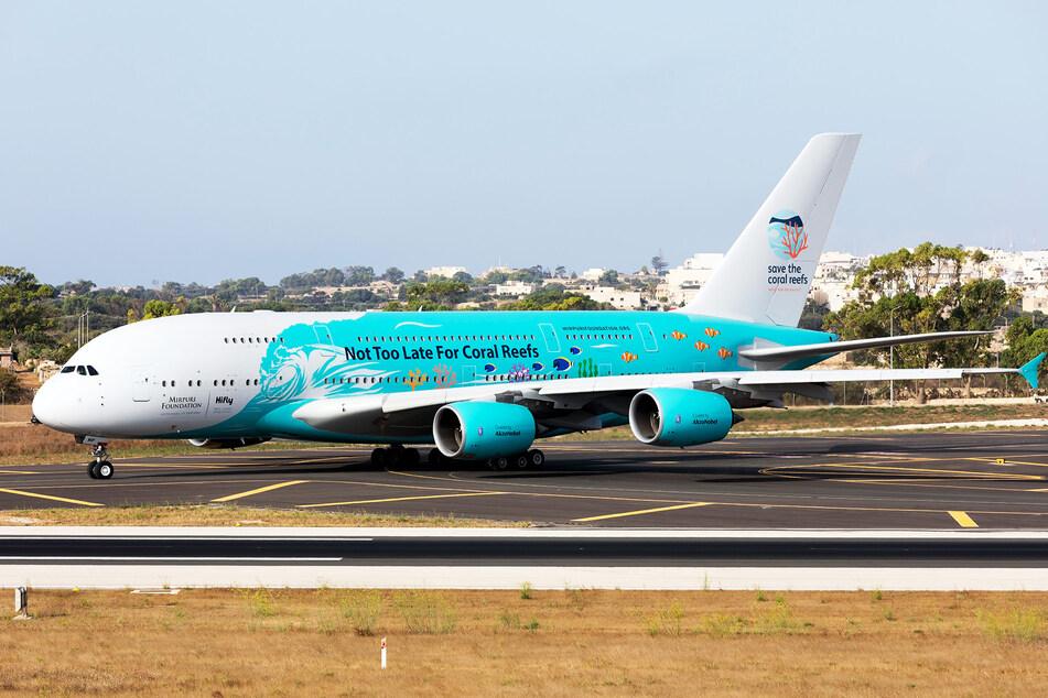 """""""Es ist nicht zu spät für Korallenriffe"""" steht auf diesem Airbus A380 von Hi Fly."""