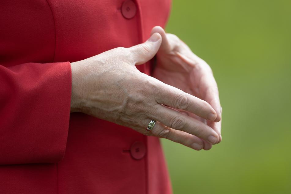 """Die für Kanzlerin Angela Merkel (67) typische """"Raute""""-Geste hat ihr Double Ursula Wanecki (65) derart verinnerlicht, dass sie ihr häufig unbewusst in die Hände """"rutscht""""."""