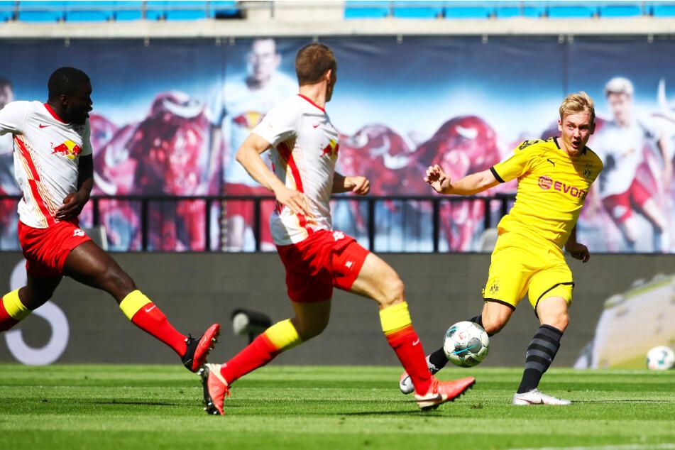 Julian Brandt (r.) zeigte sich auch nach dem Sieg bei RB Leipzig selbstkritisch.