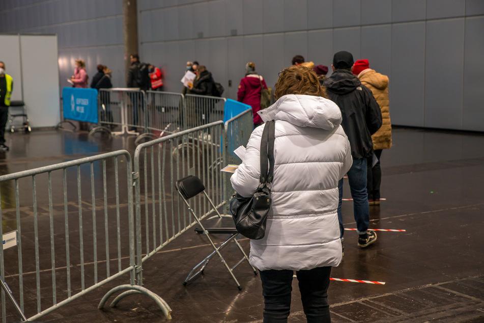 Schlange stehen vor dem Check-In: Jeder der Leipziger hier hat im Vornherein einen Termin vereinbart.