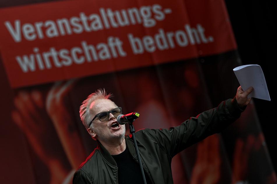 """Herbert Grönemeyer im September 2020 bei der Demonstration """"Existenzkrise in der Veranstaltungswirtschaft"""" des Bündnisses #AlarmstufeRot vor dem Brandenburger Tor."""