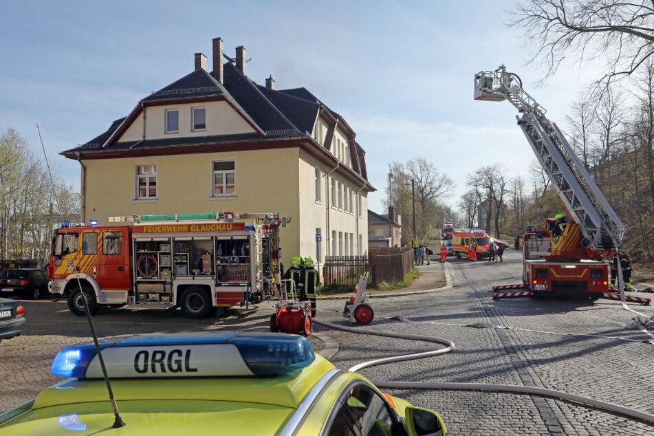 In der Rosa-Luxemburg-Straße brannte der Dachstuhl eines Obdachlosenheims.
