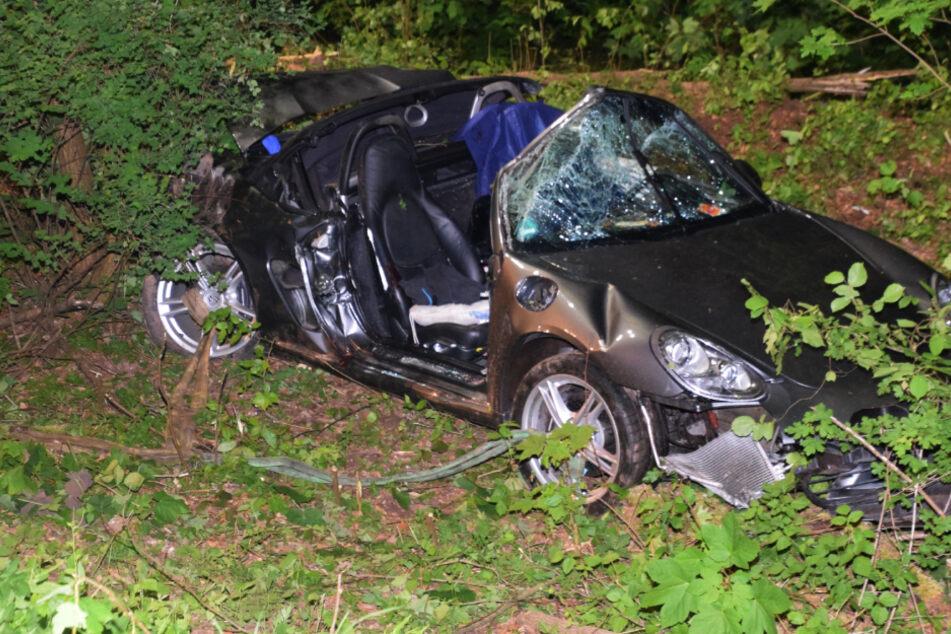 Junger Porsche-Fahrer und Beifahrerin sterben nach Baum-Crash