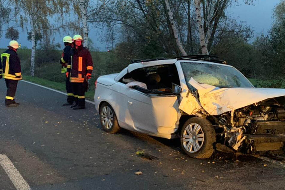 Heftiger Crash bei Leipzig! Autofahrer kracht gegen Baum
