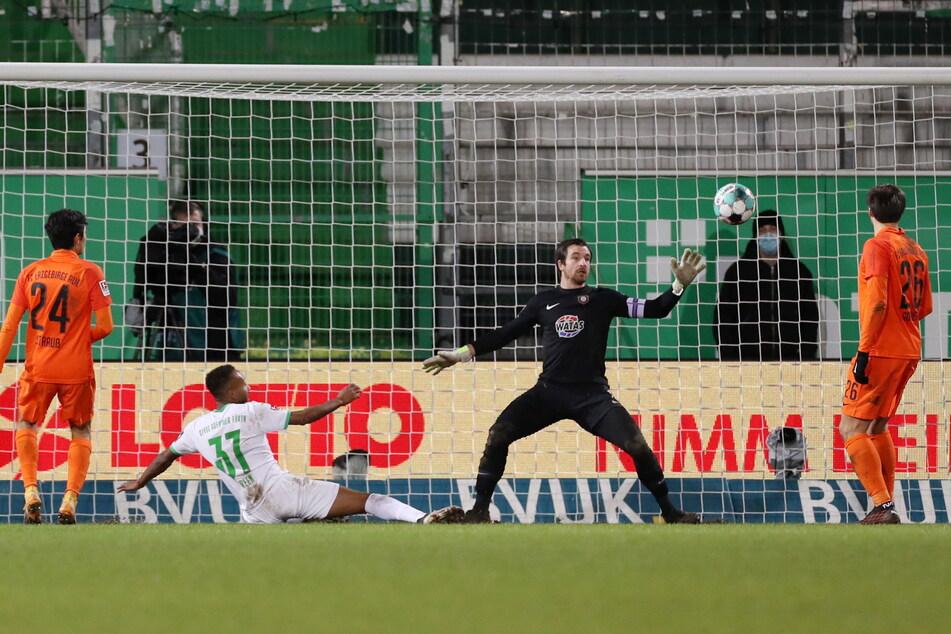 Beim Fürther 3:0 durch Julian Green (2.v.l.) war Martin Männel völlig chancenlos.