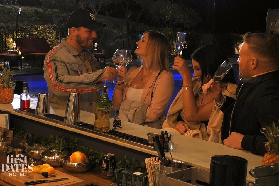 An der Bar gibt es für die beiden Turteltauben noch einen Absacker mit den anderen Hotelgästen.