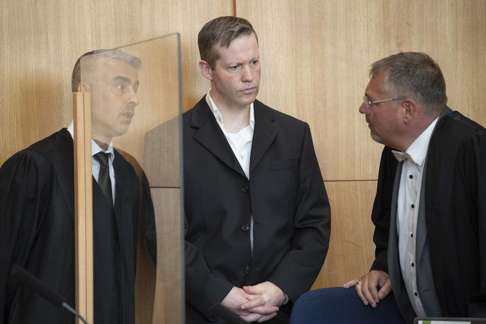 Der Hauptangeklagte im Mordfall Lübcke, Stephan Ernst (M.), spricht im Oberlandesgericht mit seinen Anwälten Mustafa Kaplan (l.) und Frank Hannig.