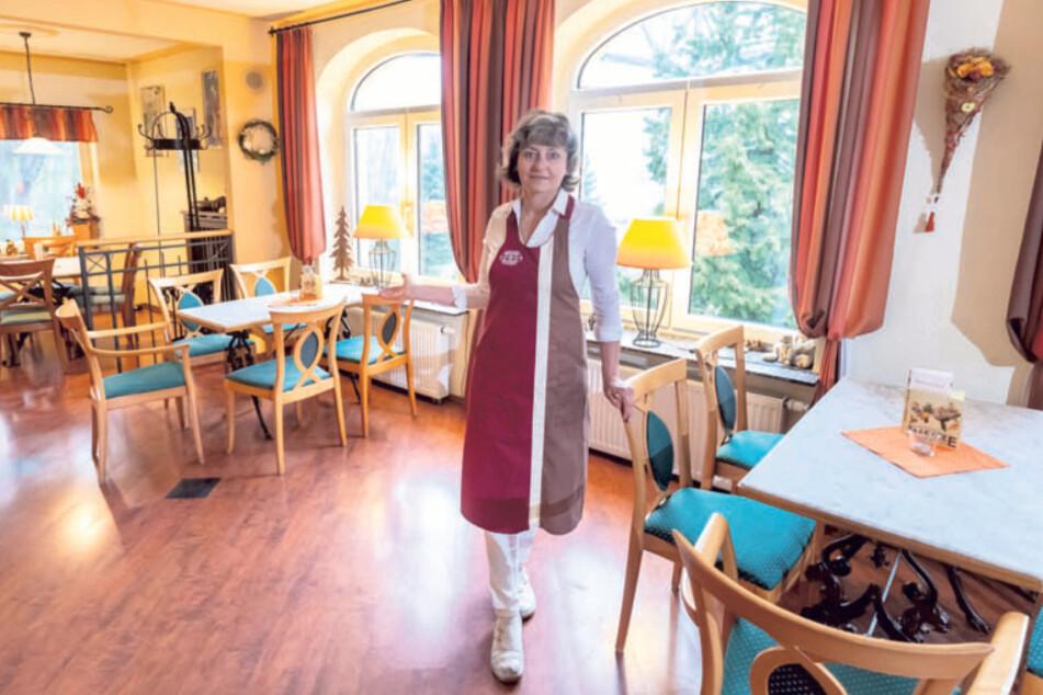 Raina Schaarschmidt (52) in ihrem leeren Kaffeehaus.