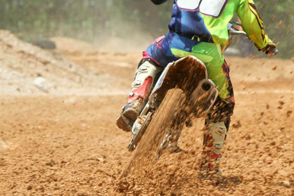 In Schwarzenberg hat am Donnerstag ein unbekannter Motocross-Fahrer einen 31-jährigen Spaziergänger verletzt. (Symbolbild)