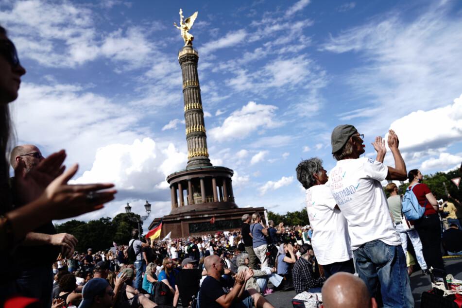 Berlin: Teilnehmer applaudieren bei einer Demonstration gegen die Corona-Maßnahmen vor der Siegessäule.