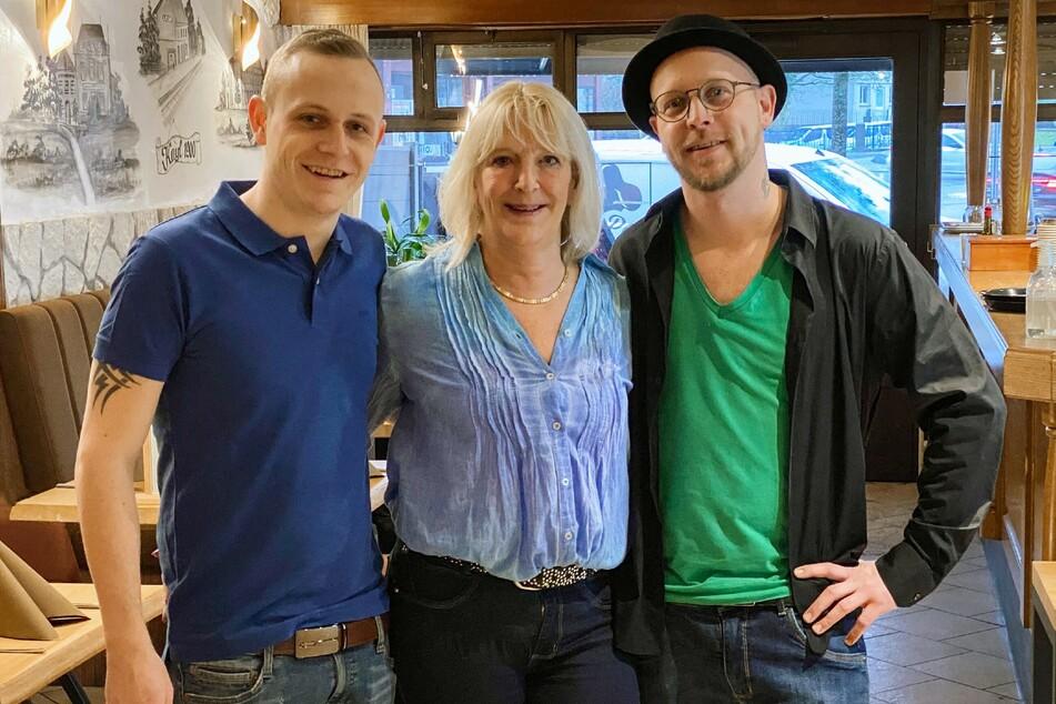 Die Brüder Ben (23, l.) und Mike (29) aus Luxemburg mit ihrer Mutter Mireille.