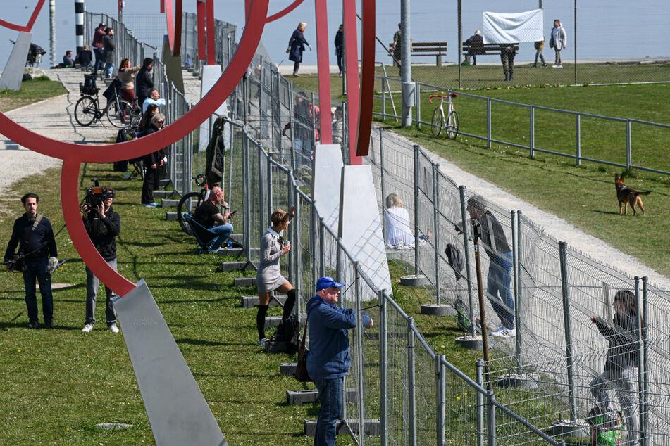 4. April: Menschen treffen sich am Grenzzaun.