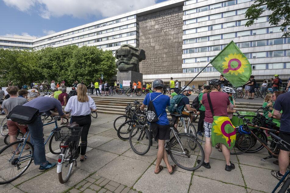 Fahrradfahrer trafen sich am Sonntag am Karl-Marx-Monument, um gegen den Ausbau des Südrings zu demonstrieren.