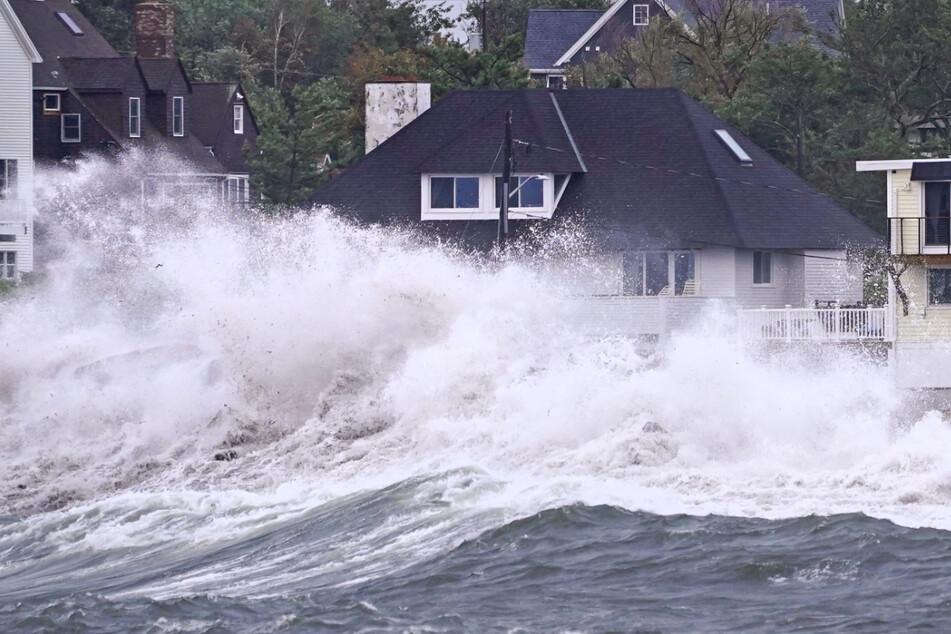 Während Ida abzieht, treffen weiter hohe Wellen auf die Küste.