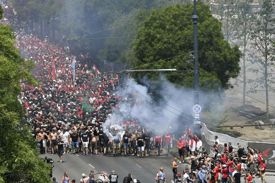 Mit Böllern und Rauchbomben zogen ungarische Fans vor dem zweiten EM-Gruppenspiel gegen Frankreich zur Puskas Arena.