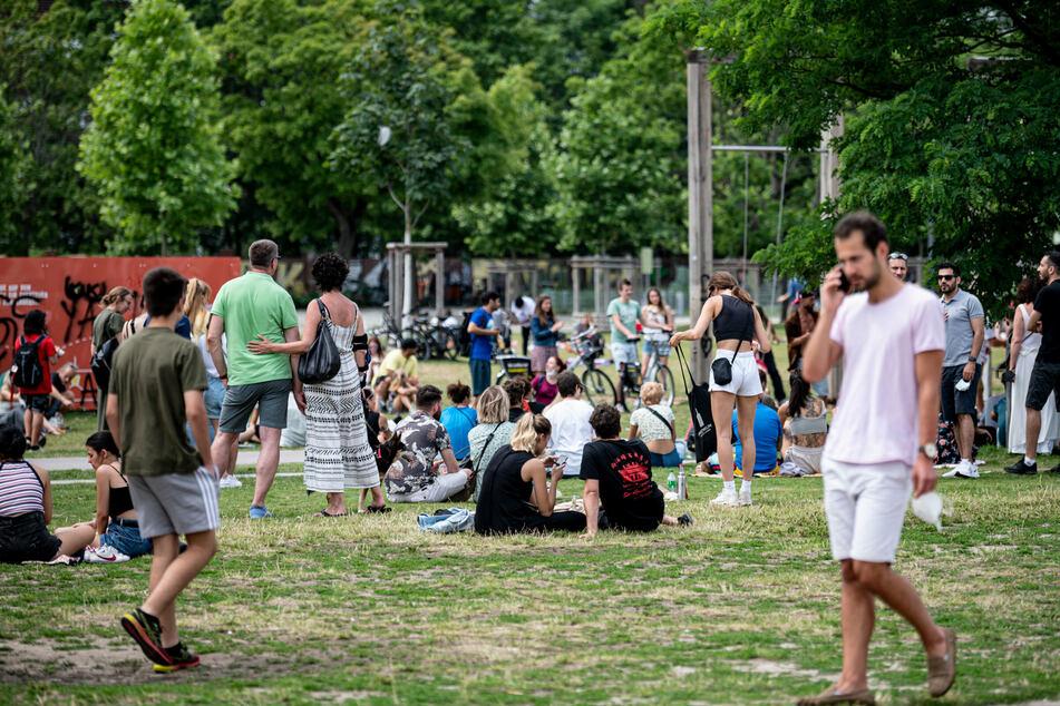 Bei Höchstwerten zwischen 26 und 29 Grad können die Berliner auch im Mauerpark das Wochenende mit Sonnenschein ausklingen lassen.