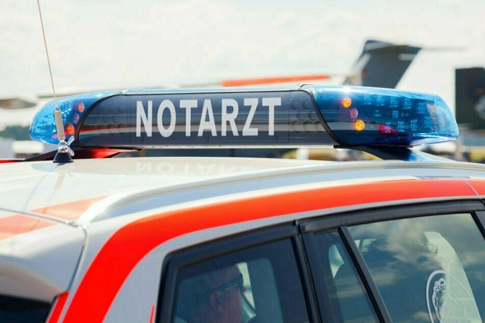 Autofahrer übersieht beim Ausparken Fußgänger: Zwei Schwerverletzte