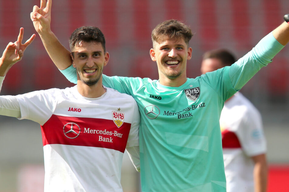 Der Stuttgarter Atakan Karazor (l) und Gregor Kobel stehen jubelnd nach der Partie gegen den 1. FC Nürnberg auf dem Platz.