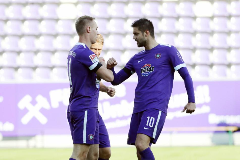 Dimitrij Nazarov gratuliert Florian Krüger zum 1:0 für Aue.