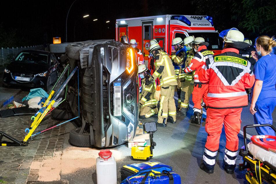 Zunächst befreiten die Einsatzkräfte den Mann aus seinem Wagen.