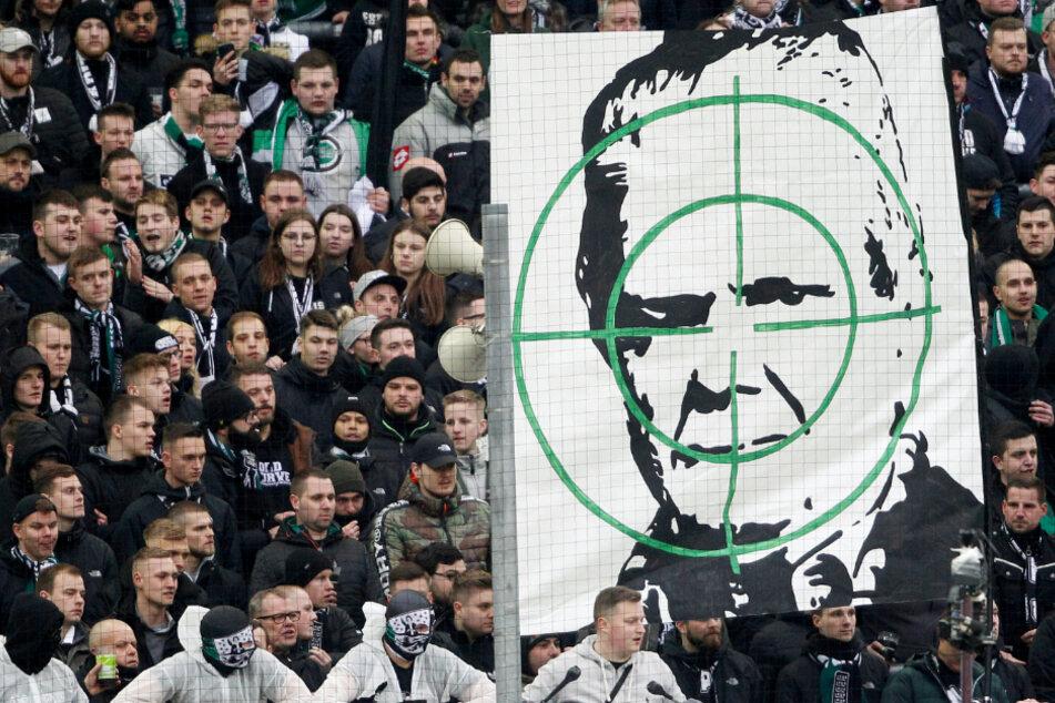 Zuletzt wurde Hoffenheim-Mäzen Dietmar Hopp häufig von Fußballfans beleidigt. Das Bild zeigt ein Plakat aus der Partie der TSG gegen Borussia Mönchengladbach.