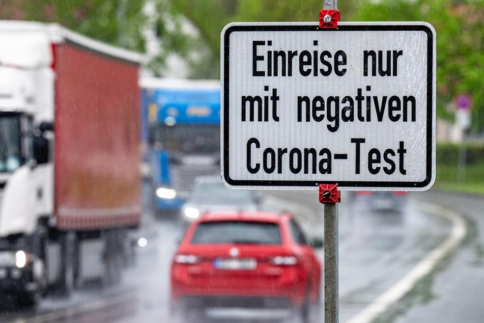 """Furth im Wald: Ein Schild mit der Aufschrift """"Einreise nur mit negativen Corona-Test"""" steht an der deutsch-tschechischen Grenze."""