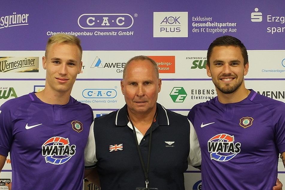 FCE-Boss Helge Leonhardt mit seinem erfolgreichen Sturm-Duo Florian Krüger (l.) und Pascal Testroet.