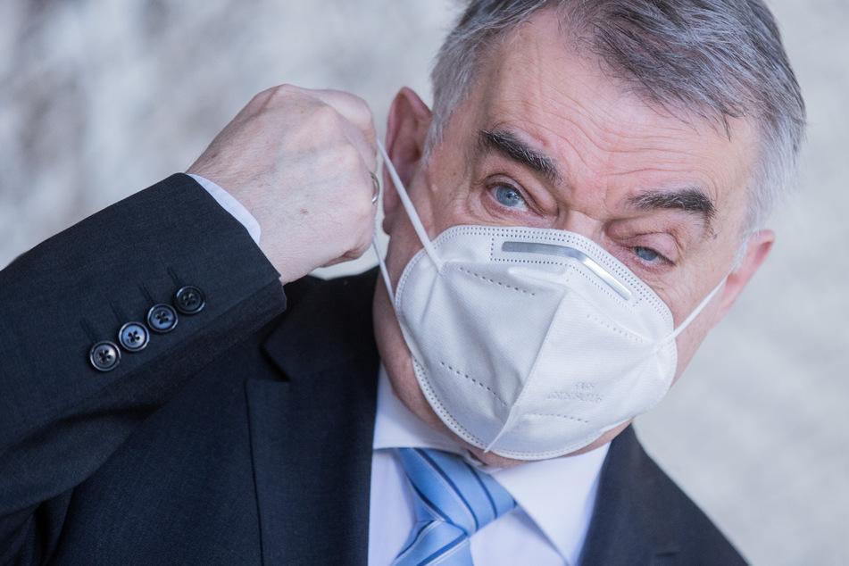 Coronavirus bei NRW-Innenminister Reul: Tagte der Politiker in zu kleinem Zimmer?