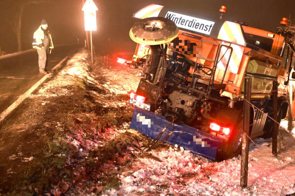 Lkw kracht gegen Leitplanke, Winterdienst kommt von Straße ab: Mehrere Unfälle durch Glätte