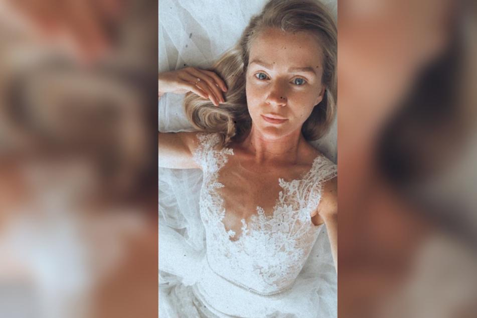 Kim-Sarah Brandts (37) zeigt sich auf Instagram im Hochzeitskleid.
