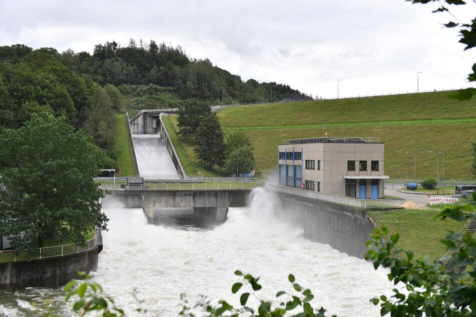 Das Wasser rauscht durch den Überlauf der Wupper-Talsperre.