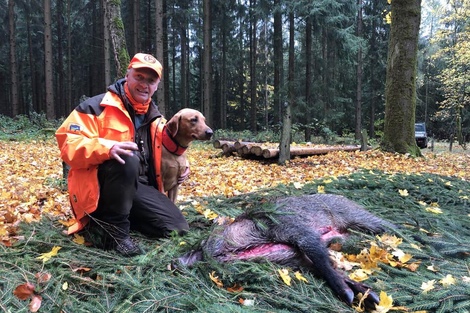 Es müsste eigentlich mehr bejagt werden, findet Jens Schreiber (50), hier mit Hund Anton (4) und einem erlegten Wildschwein.