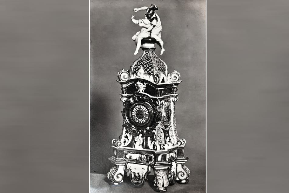 Ein bedeutendes Meissener Uhrengehäuse, gestaltet 1727 von George Fritzsche, wie im Katalog der Sammlung Oppenheimer von Ludwig Schnorr von Carolsfeld 1927 abgebildet.