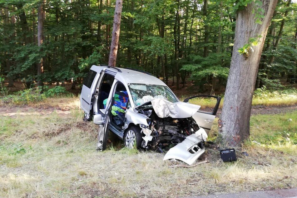 Nach dem Zusammenprall mit einem Baum entstand am verunfallten VW Caddy Totalschaden.
