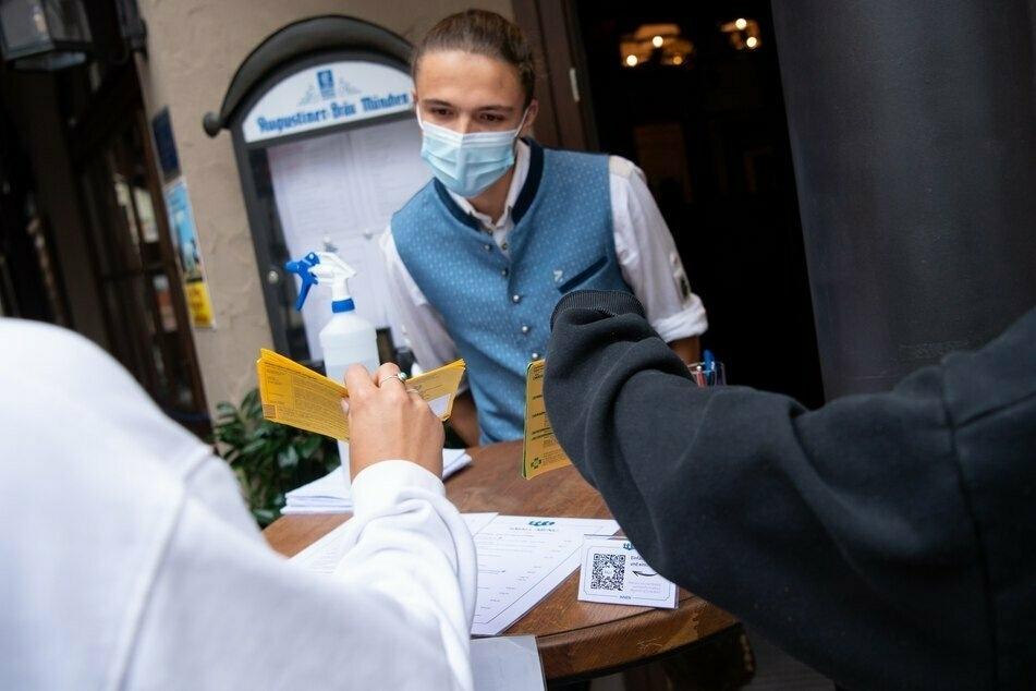 """Der Impfausweis als """"Ticket"""": Sächsische Gastronomen und Veranstalter dürfen Ungeimpfte mit der 2G-Regel ab sofort ausschließen."""